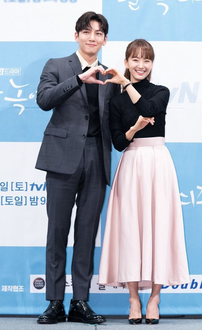 池昌旭(左)與元真兒在新戲《請融化我》中,展開甜蜜又浪漫的奇幻愛戀。(圖:愛奇藝台灣站提供)