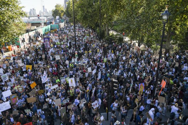 倫敦居民響應全球共抗暖化,成千上萬人走上街頭。(美聯社)