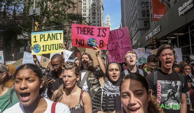 以年輕人為主的示威者走上紐約街頭,呼籲全球對抗氣候變遷。(美聯社)