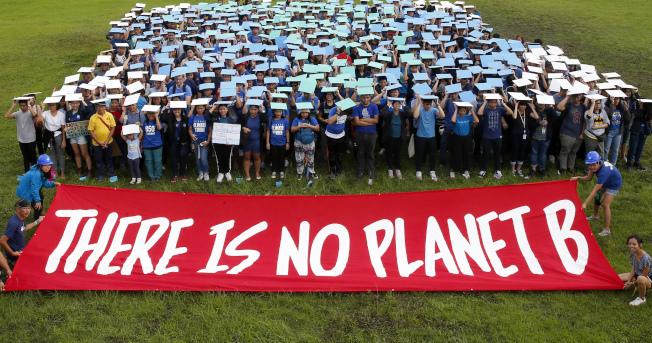菲律賓大學學生20日在校園集結並舉出「沒有另一個星球」的標語,抗議氣候變遷。(美聯社)