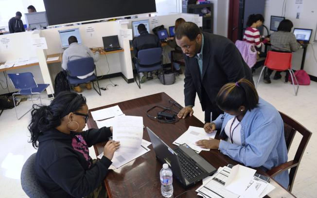 公立學校的升學顧問要照顧眾多學生。(美聯社)