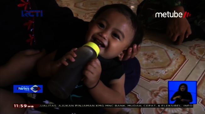 印尼一對夫妻因為家境貧窮,買不起奶粉泡牛奶,竟讓小女嬰直接喝加糖的印尼咖啡(Kopi Tubruk),而且每天要喝3個奶瓶,多達約1.5公升。畫面翻攝:YouTube/Seputar iNews