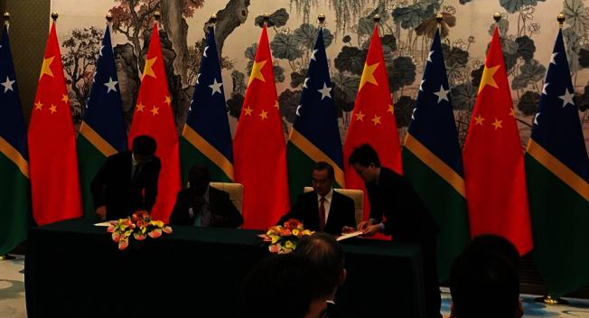 大陸國務委員兼外交部長王毅21日在北京與索羅門群島外交部長馬內萊舉行會談,並簽署建交公報,正式建立外交關係。(央視網)