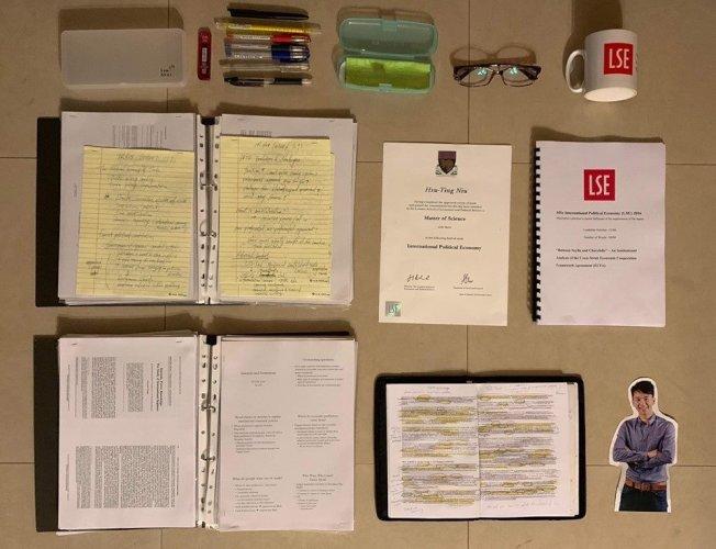英國倫敦政治經濟學院校友、桃園市議員牛煦庭今晚跟風開箱熱潮,在臉書PO出「LSE研究生版」的開箱照,放上LSE畢業證書與畢業論文,還有就讀LSE研究所時期的筆記與文具等。圖/取自「牛煦庭:全球視野、在地關懷」臉書