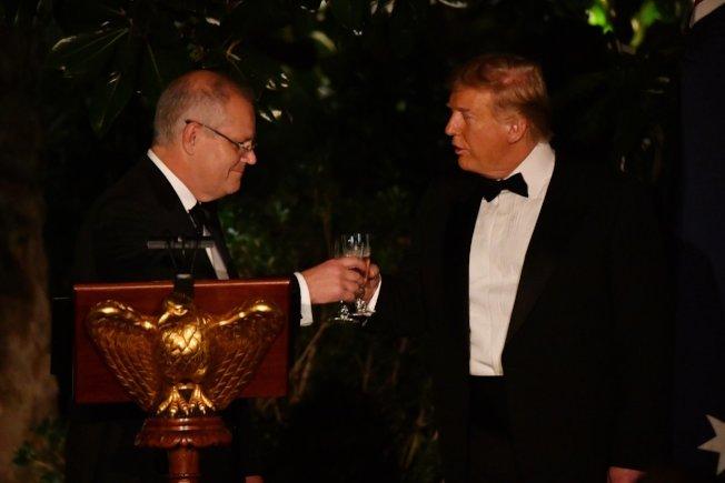 美國總統川普(右)20日在白宮玫瑰花園以國宴款待澳洲總理莫里森(左)。歐新社