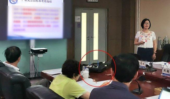 中國軍方與執法機關已聯手開發出全世界第一具手提式鎮暴用音波槍(紅圈)。此款手提式鎮暴用音波槍有著步槍外型,也有槍托、扳機和槍管,能在鼓膜、眼球、胃、肝和腦產生振動,引發極端不適的「生物影響」。畫面翻攝:SCMP