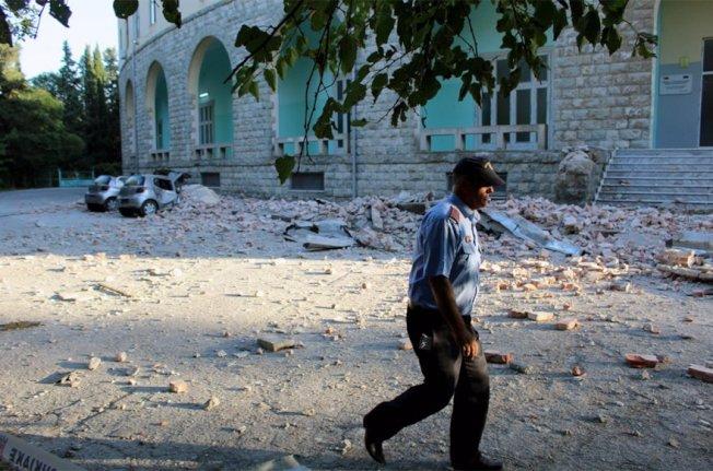 規模5.6淺層地震侵襲阿爾巴尼亞西部,迫使多個城市的居民倉皇逃往街道上避難。 歐新社