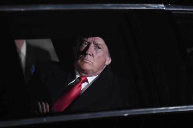 川普處理醜聞的方式,是「否認、轉移、質疑」,等待事件風頭過去。(美聯社)