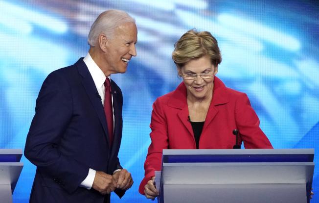 根據《狄蒙紀錄報》的最新民調,美國前副總統白登(左)的支持度首見輸給參議員華倫(右)。路透
