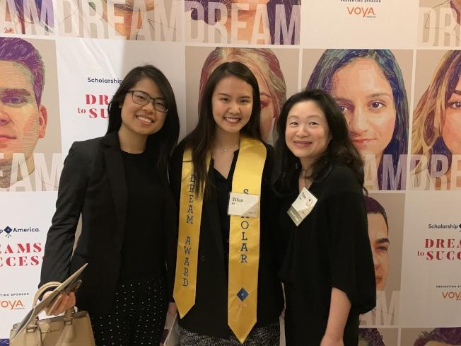 李德怡(右)與2018年「夢想獎」得主何怡帆(中)、大紐約區華人教育基金會2014年獎學金得主鄧旭蘭(左)。(記者張筠╱攝影)