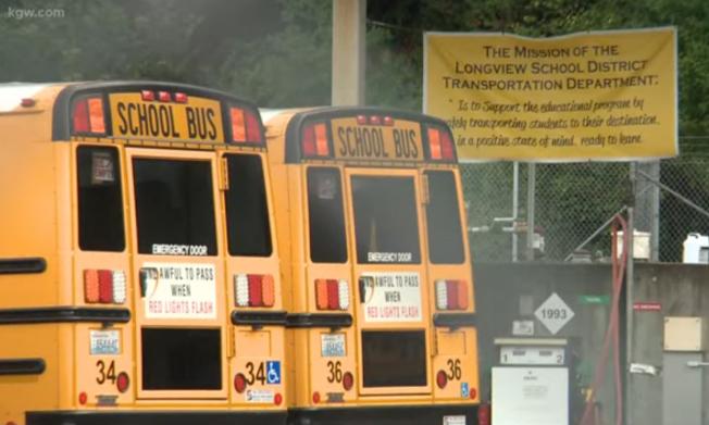 華盛頓州長景公立學區一名校車司機酗酒後開校車,遭學生舉報被捕。(KGW8電視台截頻)