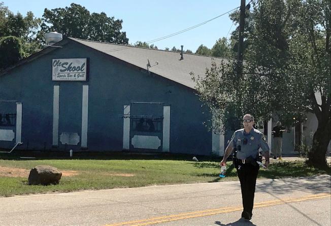 槍案發生後,警方21日下午仍在案發的運動酒吧外蒐證。(美聯社)