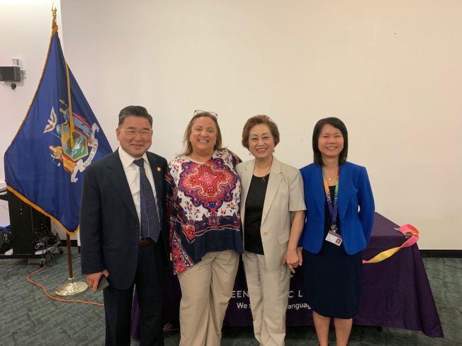 紐約華人家長會與法拉盛圖書館共同舉辦「慶祝開學日活動」;左起為顧雅明、迪曼歌、朱寶玲與曾陽。(記者牟蘭/攝影)