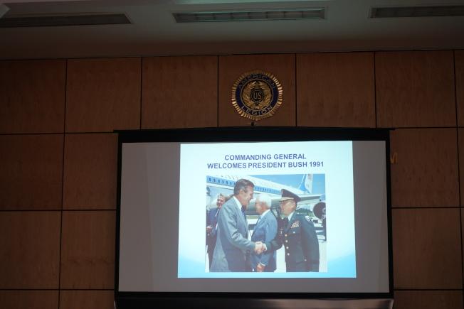 陳紹章展示自己與美國總統會面照片。(記者金春香/攝影)