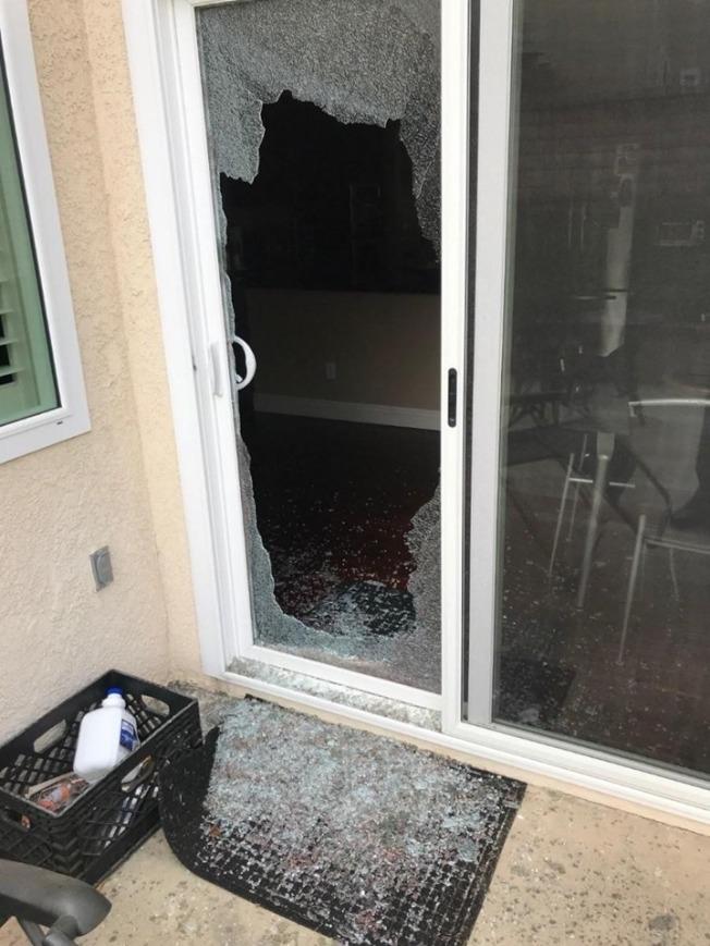 歹徒20日打破鑽石吧一戶民宅側院玻璃門試圖入室盜竊,但警員及時趕到一網打盡。(鑽石吧/核桃警局提供)