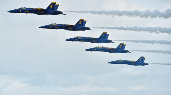 美國海軍藍天使小組劃過天際。(藍天使小組提供)