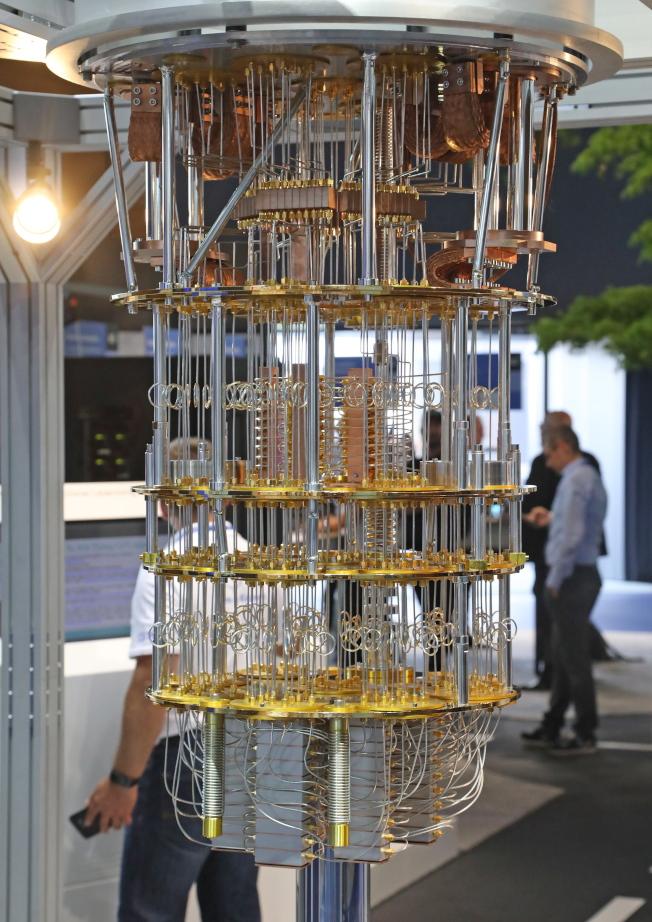 Google研究員宣稱已率先打造第一部量子電腦,圖為美國國際商業機器公司(IBM)去年6月在德國漢諾威資訊科技展(CeBIT)上,展出其開發的「量子電腦」。(歐新社資料照片)