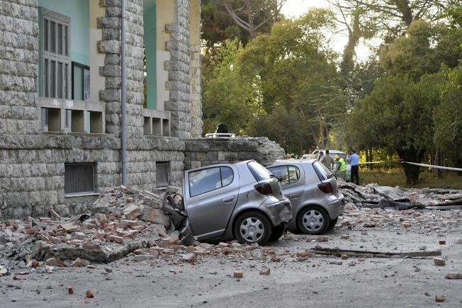規模5.6淺層地震21日侵襲阿爾巴尼亞西部,停在首都地拉那一棟大樓外汽車被毀。(路透)