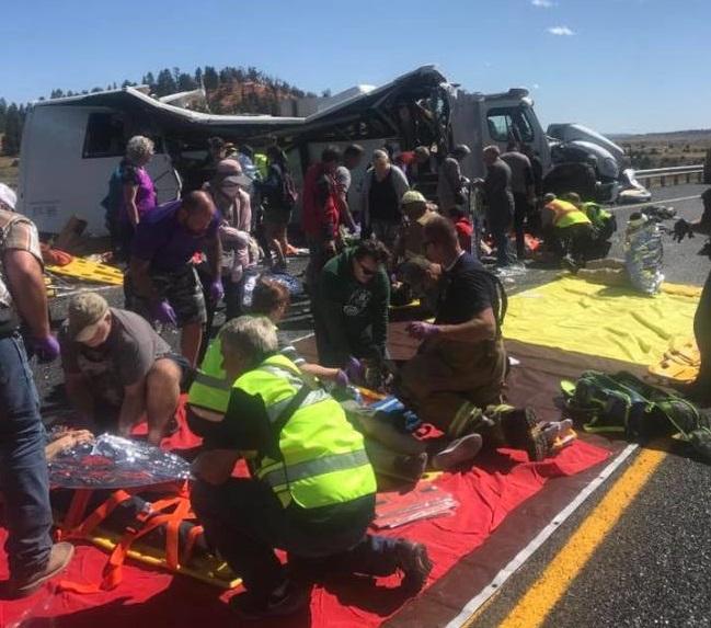 警察和緊急救護人員趕到現場,搶救傷者。(猶他州加菲德郡警察局)