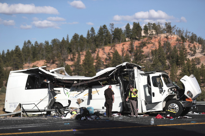 中國旅遊團巴士在猶他州翻覆,遊客們的行李散落一地。(美聯社)
