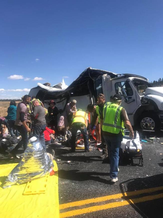 警察和緊急救護人員趕到車禍現場,搶救傷者。(猶他州加菲德郡警察局)