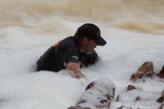 觀賞魚界的大師Heiko Bleher在瀑布裡抓魚。(Mark Chen提供)