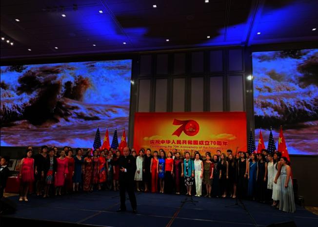 僑界民眾共同演唱「今天是你的生日,我的中國」。(記者張越/攝影)