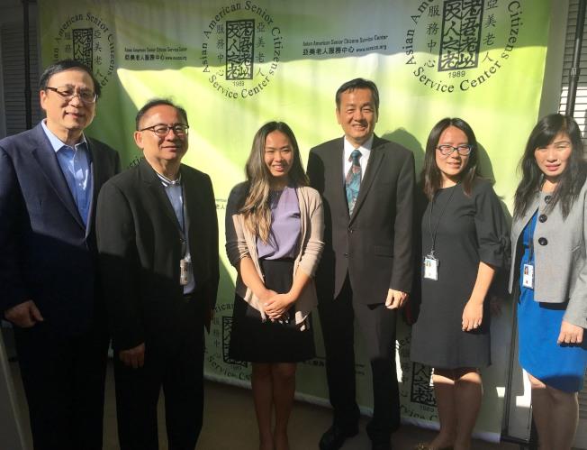 亞美老人中心慶祝成立30周年,姜石熙(左起)、倪浩、Lala Truong、程東海等合影。(記者尚穎/攝影)