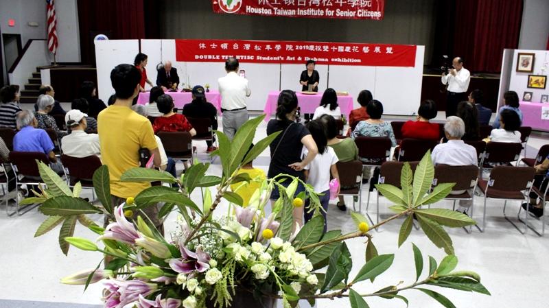 開幕儀式中示範小品花創作,民眾觀賞情形。(記者盧淑君/攝影)