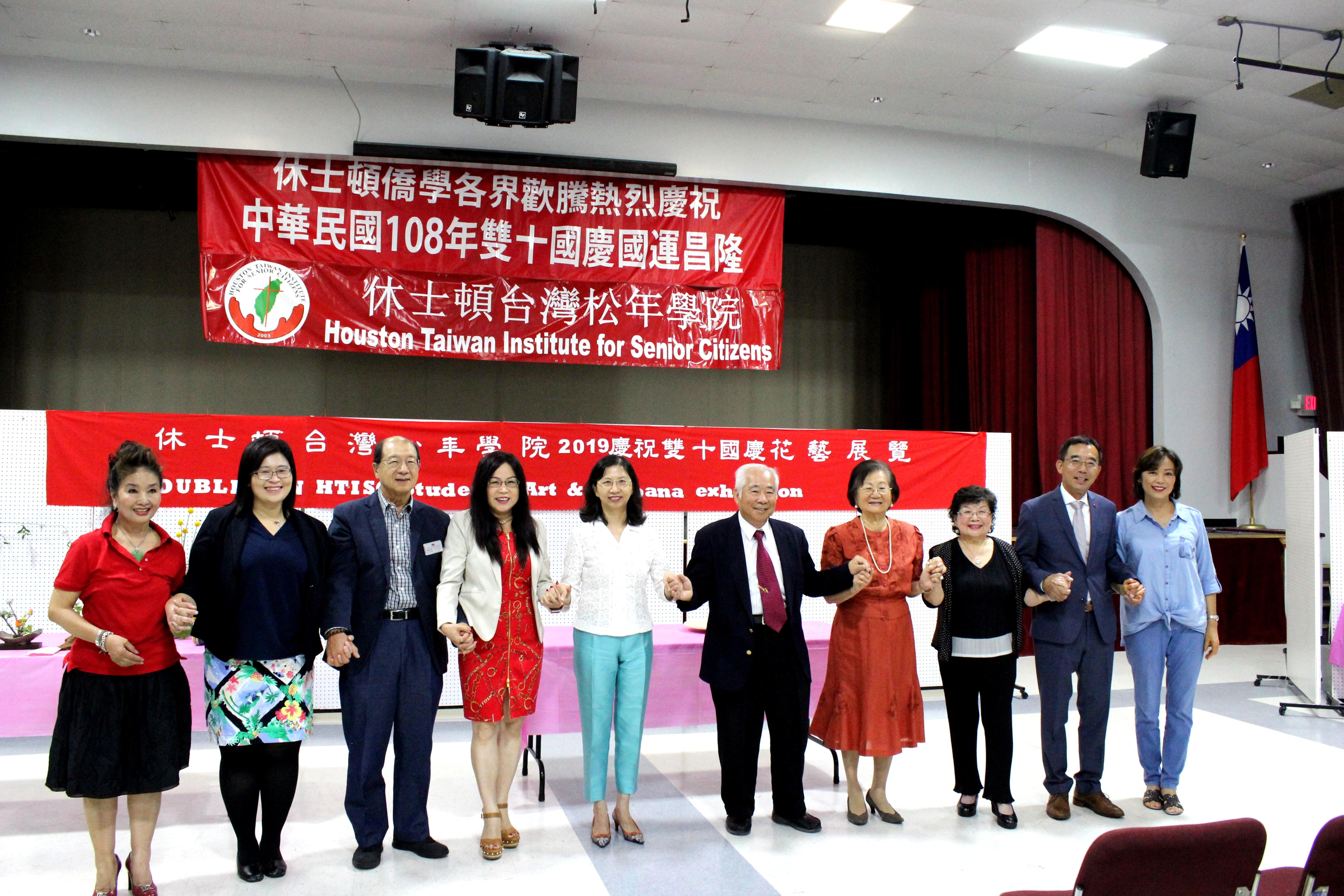 王貞慧(右四起至左),許勝弘,陳奕芳,黃春蘭及所有嘉賓們剪綵合影。(記者盧淑君/攝影)