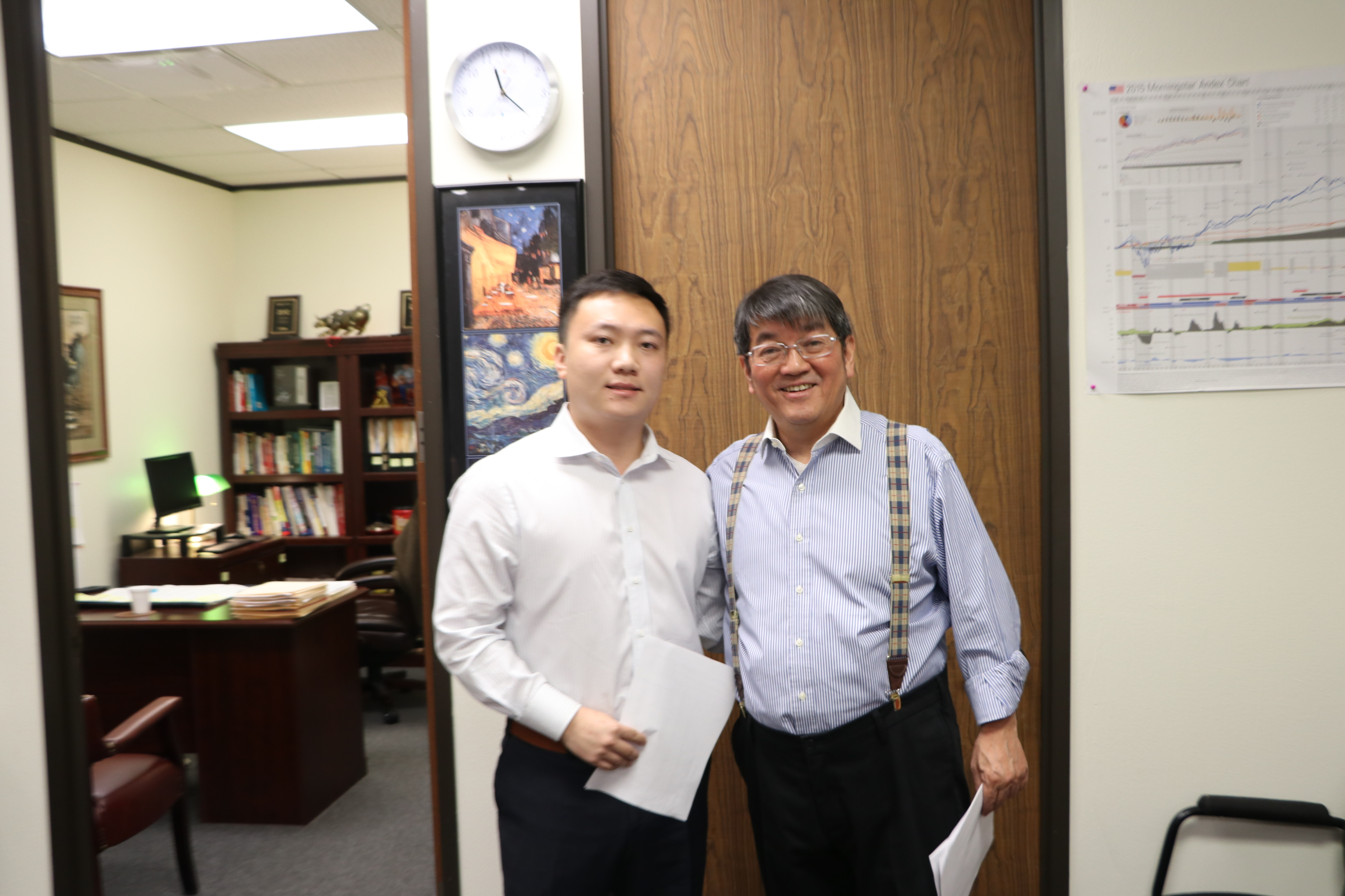 理財顧問蕭雲祥(右)與保險經紀人顏琦(左)在投資理財座談會中,一同為投資人規劃未來的投資保本計畫。(記者封昌明/攝影)
