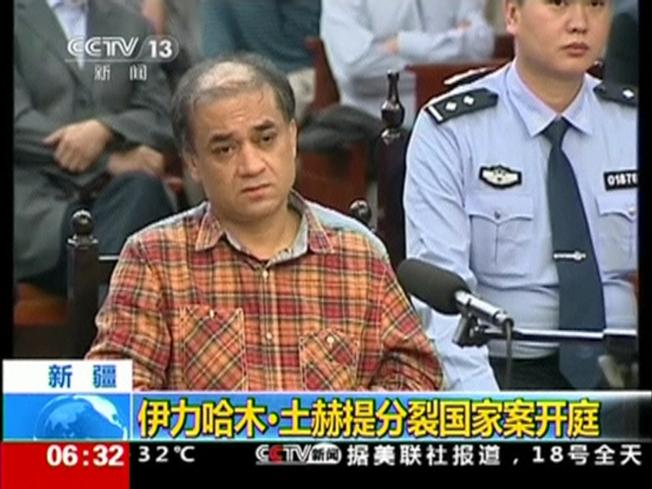 入獄五年的維吾爾學者伊力哈木土赫提被提名為「沙卡洛夫思想自由獎」候選人。圖為伊力哈木土赫提此前受審畫面。(路透資料照片)