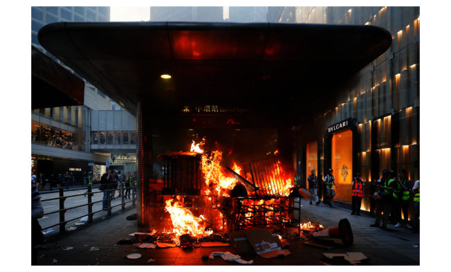香港地鐵在反送中抗爭發生以來迭遭破壊,港鐵因此考慮成立自己的保安部隊。圖為香港地鐵中環站一處入口,9月8日遭示威者縱火。(美聯社)