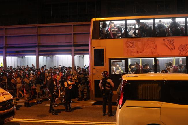 香港警方9月3日深夜在九龍灣地鐵站附近截停公車,並上車逐一搜查示威者,圍捕了30多人。(歐新社)