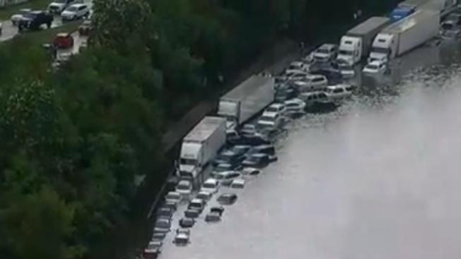 車輛在休士頓高速公路「泡水」慘狀。(KTRK電視台)