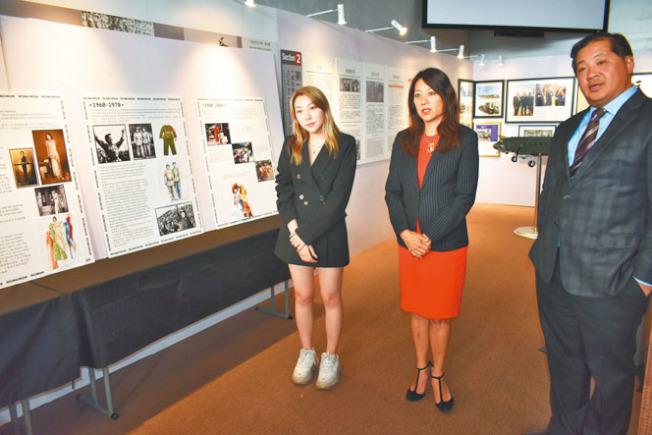 劉愛寧(左)向馬世雲(中)和方以偉(右)講述自己的展品。(記者黃少華/攝影)