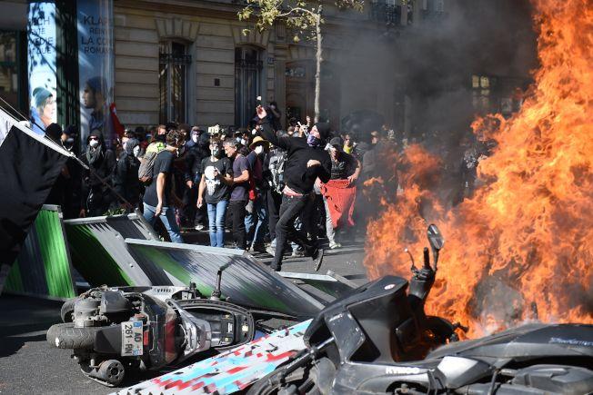 巴黎示威者焚燒雜物,阻止鎮暴警察接近。(Getty Images)