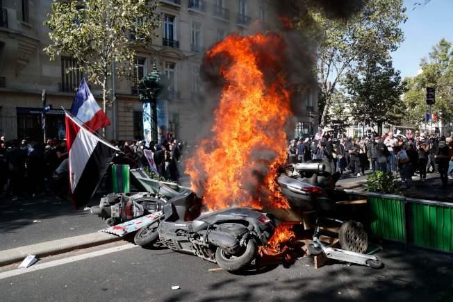 巴黎示威者焚燒街頭的摩托車以阻止警察接近。(Getty Images)