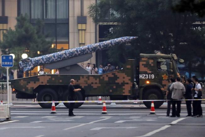 為慶祝70周年國慶,北京中心多條街道封閉。圖為載有導彈的裝甲車沿街行駛,為閱兵綵排做準備。 (歐新社)