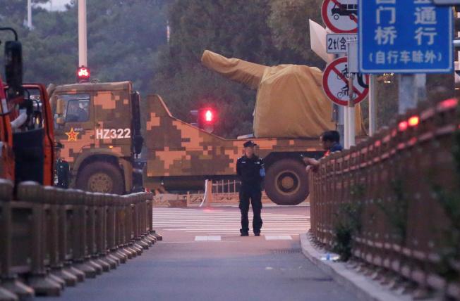 載有武器的軍車自北京封閉的街道通過。(路透)