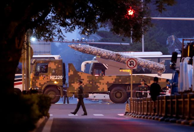 一輛載有疑似導彈的軍用車輛從北京封閉的街道上通過。(路透)
