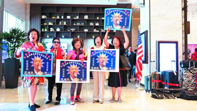 國民黨總統參選人韓國瑜將於十月訪美,泛藍社團新組成「大華府僑學界韓國瑜後援會」,準備聯手為韓國瑜造勢。圖為韓今年四月訪美時,僑胞自製海報標語歡迎。(本報資料照片)