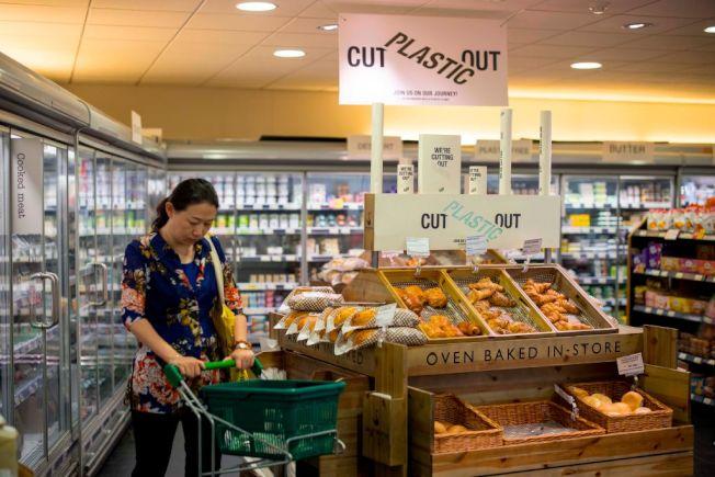 面臨經濟可能走下坡,美國消費者熱烈討論如何節省生活開銷。(Getty Images)