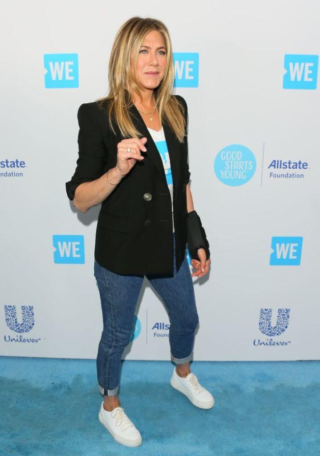 女星珍妮佛安妮斯頓(Jennifer Aniston)的牛仔褲造型。(Getty Images)