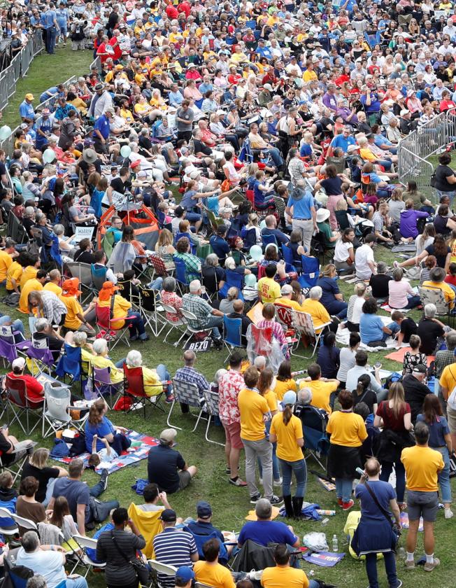 17位民主黨總統參選人擁到愛阿華州第摩因,參加普克郡民主黨牛排薯條大會,吸引了大批選民到場。(路透)