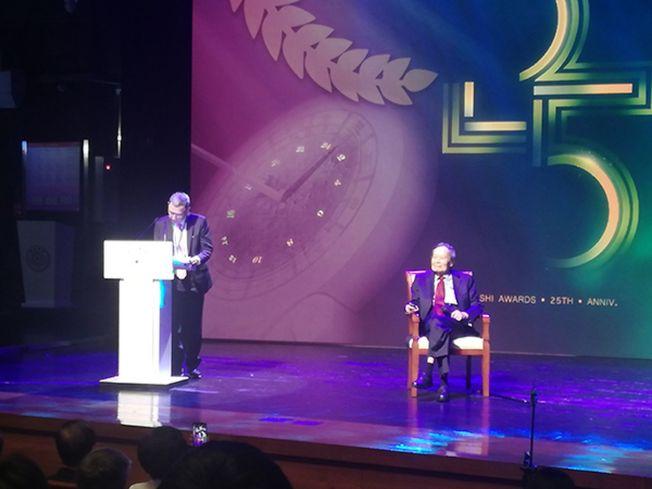 2019年求是獎頒獎典禮上,楊振寧(右)獲得終身成就獎。(取材自澎湃新聞)