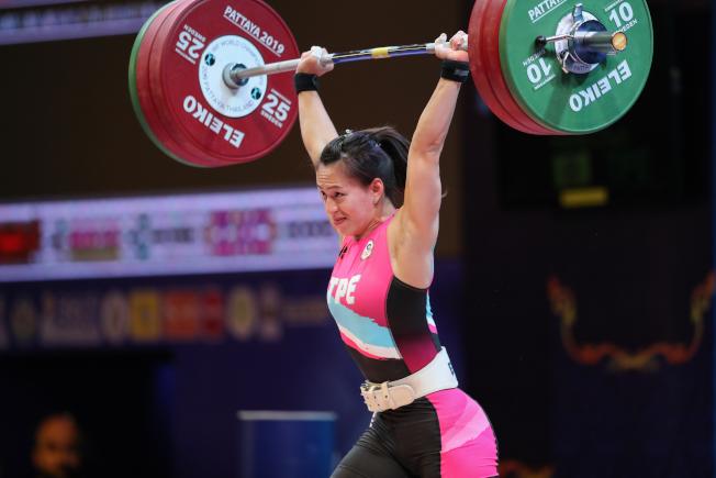 在泰國芭提雅舉行的2019世界舉重錦標賽女子59公斤級比賽中,郭婞淳以246公斤獲得總成績冠軍,以140公斤獲得挺舉冠軍,以106公斤獲得抓舉亞軍,並打破該級別總成績和挺舉的世界紀錄。(新華社)