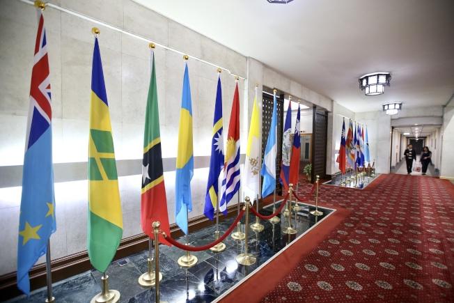 日前拍攝的外交部大廳,掛著各邦交國的國旗,其中吉里巴斯(左六)已與中華民國斷交。 (本報資料照片)