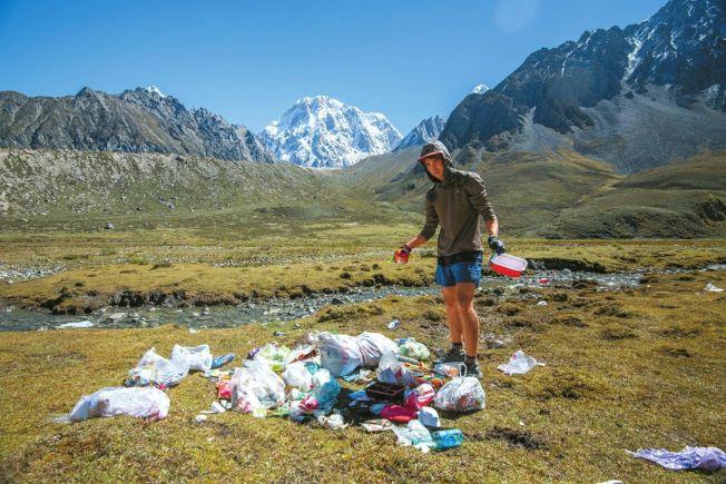 歐陽凱在貢嘎環線發起「邊跑邊撿垃圾」。(取材自華西都市報)