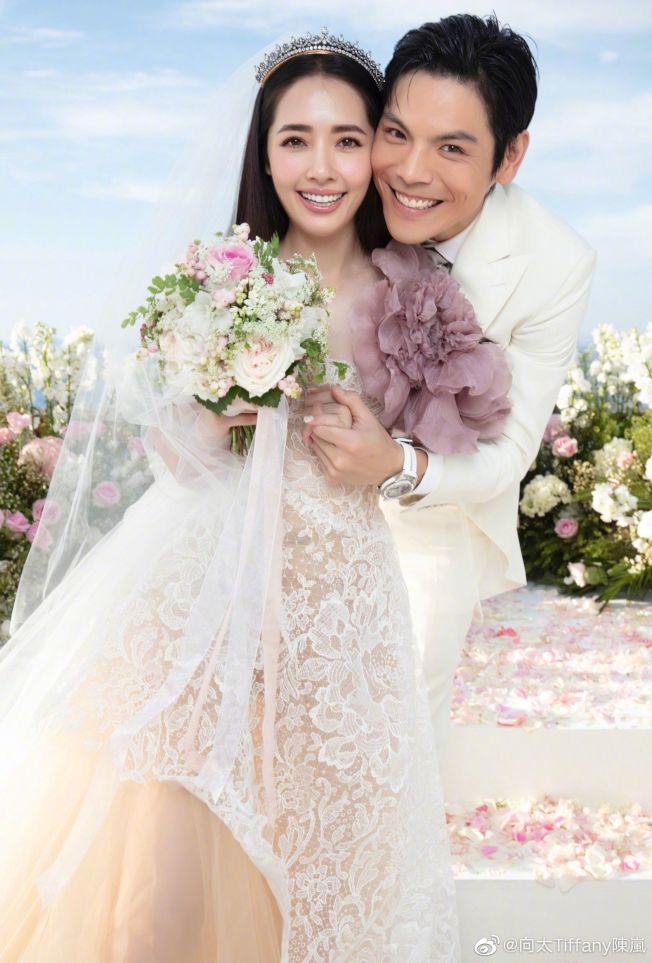 向太在微博上曝光兒子向佐、郭碧婷的婚禮美照。(取材自微博)